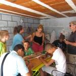 """Dans le garage/refuge, les """"petits"""" bricolent et discutent avec les artistes"""