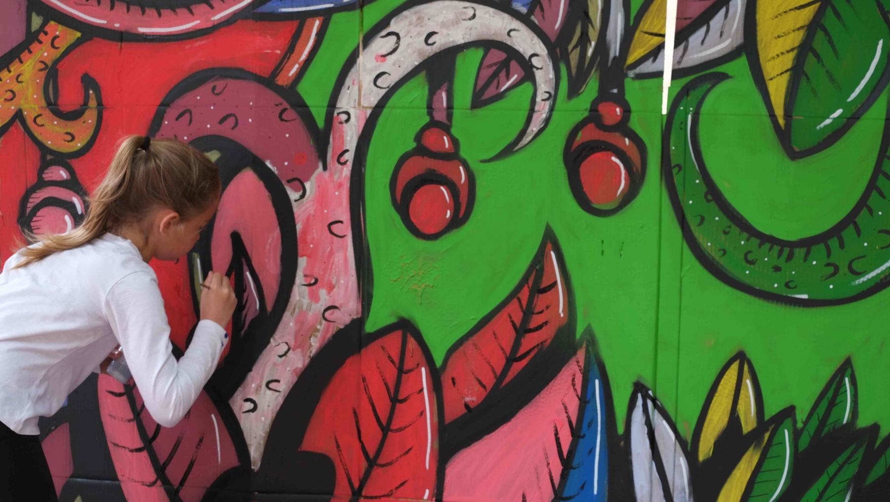 2018-fresque-colorée-fille-St-Max